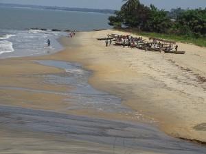 Auch ein Strand in der Naehe; Idylle oder Armut?