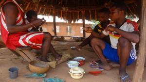 gemeinsames Essen im Compound