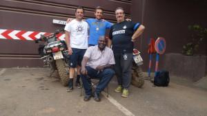 das Team von Inter Mailand mit Francis=auf dem Stuhl=, dem  Campusleiter in Kamerun