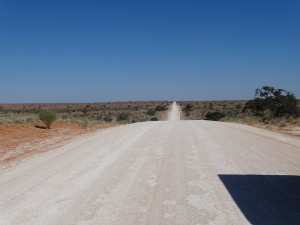 endlos lang, typische Piste in Namibia