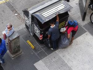 jeder Müllcontainer wird durchsucht