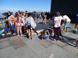 vielleicht wirkt die Statue ja noch größer, wenn man sich auf den Boden legt.
