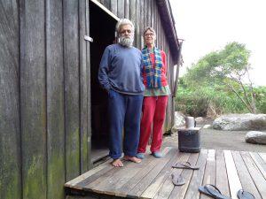 Aidalson und Andrea vor ihrer Hütte