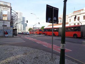 einer Straßenbahn gleich fahren die Doppelgelenkbusse durch Curitiba