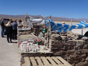 wo Touristen sind gibt es auch Souvenirstände, alles Salz