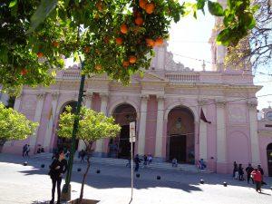 Plaza in Salta, eine der ungezählten Kirchen