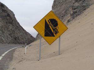 ob hier ein LKW heil runterkommt, Straßenschild in Chile